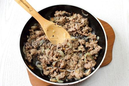 Обжарить на масле фарш с луком и грибами. Посолить по вкусу, добавить специй.