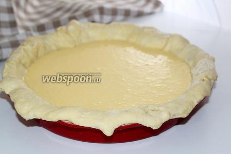 Тесто выложить в форму так, чтобы концы немного свисали. Вылить в середину начинку.