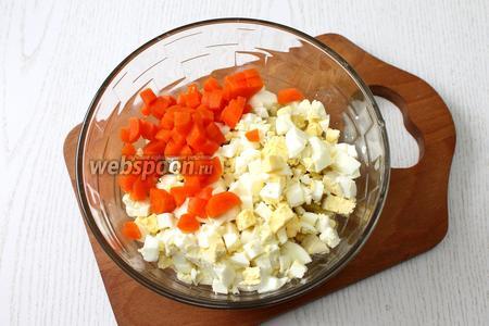 Также нарезаем кубиками очищенную морковь и яйца.