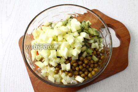 Добавляем в салат измельчённый лук и горошек процеженный. Очищаем от кожуры киви и яблоко. Фрукты нарезаем кубиками и также добавляем в салат.