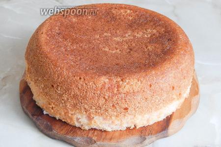 Даём бисквиту полностью остыть.