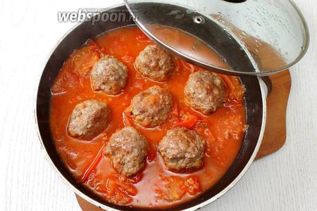 Добавляем к тефтелям томатный соус, готовим ещё 25-30 минут на небольшом огне под крышкой. За это время тефтели приготовятся и пропитаются соусом. Наши тефтели в томатно-апельсиновом соусе готовы. Приятного аппетита!