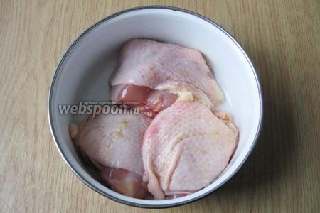 Куриные бедра или голени моем.