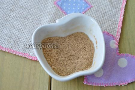 Специи если вы используете молотые соедините в одной миске и перемешайте.  Если целые, то измельчите в кофемолке и просейте для удаления крупных частиц.