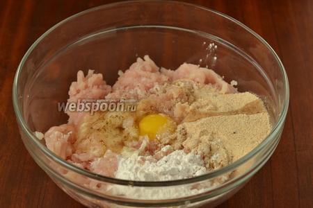 Добавляем яйцо, панировочные сухари, крахмал, солим, перчим и вымешиваем фарш. Куриный фарш обычно очень мягкий, панировочные сухари оттянут лишнюю жидкость, а крахмал дополнительно подтянет фарш, и зразы будут хорошо держать форму. Фарш нужно ещё дополнительно отбить, чтобы он стал эластичным.