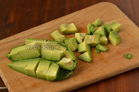 Делаем ножом крупную сетку на мякоти, не прорезая кожуру, выворачиваем половинку и отъединяем кусочки. Сбрызгиваем их лимоном от потемнения.