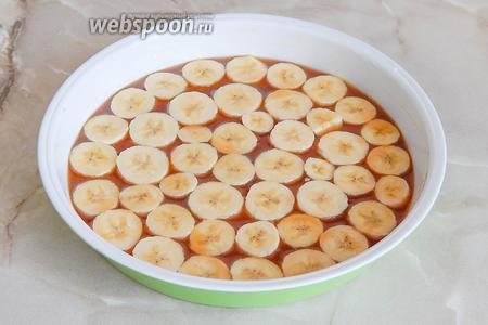 Бананы очищаем и нарезаем кружочками, высотой примерно 2-2.5 сантиметра. Выкладываем бананы на карамель (она начала остывать и заметно густеть).