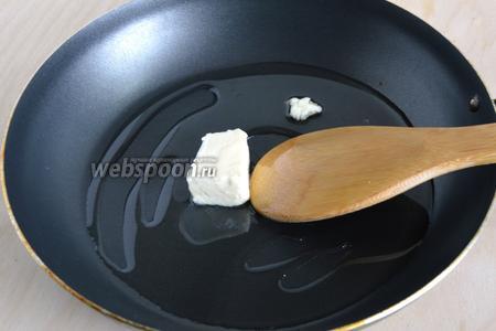 Растопите на сковороде сливочное масло вместе с подсолнечным.