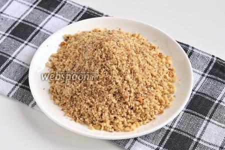 Орехи поджарить на сковороде до золотистого цвета. Измельчить в мелкую крошку.