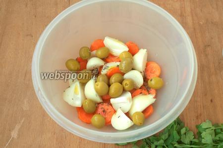 Лук нарезать крупно: каждую луковицу на 4 части вдоль, кружками нарезать морковь. Смешать овощи с оливками и добавить немного оливкового масла, посыпать травами.