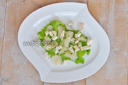 Сыр порезать на кусочки и выложить на тарелку.