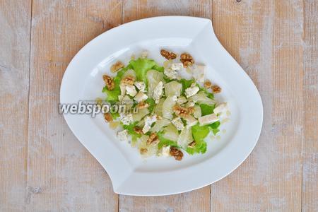 Жидкий мёд нанести тонкими полосками на салат и по краю тарелки сделать капли из мёда. Салат готов.