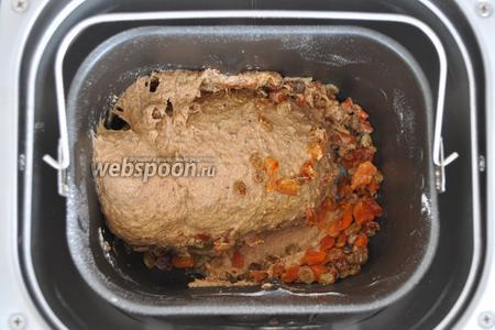 Когда печь подаст сигнал о добавке наполнителей выложим в ведёрко изюм и курагу. Печь сама вмешает  наполнители. Далее не стоит заглядывать в печь пока хлеб не будет готов.