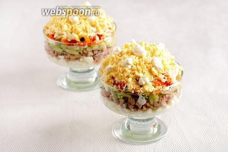 Затем выложить сыр и желтки яиц. Украсить майонезными каплями, можно посыпать зеленью. Приятного аппетита!