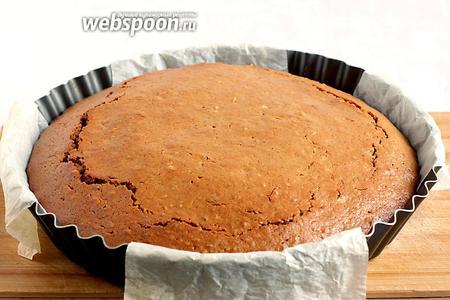 Готовый пирог полностью остудить в форме, а затем извлечь.