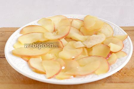 Вынуть яблоки из сиропа и промакнуть салфеткой, чтобы стекла вся жидкость.