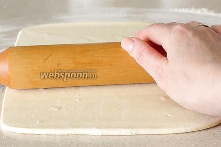 Раскатать тесто в тонкий прямоугольный пласт.