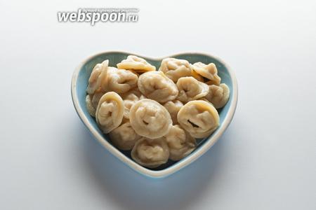 Тортеллини с такой начинкой можно есть и просто с маслицем или сливочным соусом — в этом случае замечательно чувствуется лимонная нотка. Но у себя на родине, в Болонье, их едят… ну кто бы удивился?! — с  соусом болоньез .