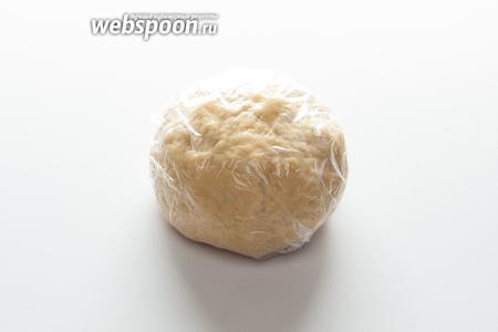 Вымесить пластичное, но не липкое тесто. Обернуть его в полиэтилен и оставить в покое при комнатной температуре как минимум на 20 минут.