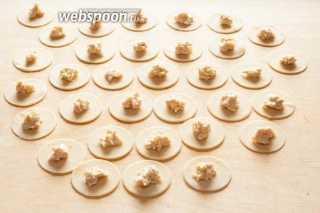 Выложить на каждый кружочек небольшую порцию фарша.