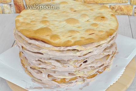 Равномерно распределим крем по всем коржам. Верхний корж пока не смазываем. Оставим крем на верх и бока торта.