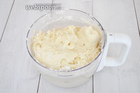 Сформировать комок теста с помощью комбайна. Выложить на стол. Добавлять оставшуюся муку и завести тесто. Тесто не должно липнуть. Готовое тесто отбить о столешницу. От этого коржи будут более хрумкими.