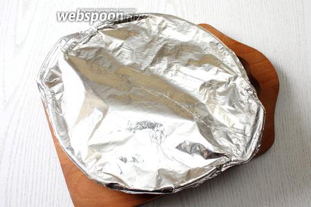 Форму затянуть фольгой. Запекать грудки в заранее разогретой духовке при t 180*с в течении 30 минут.