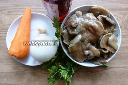 Подготовим продукты для грибной икры. Морковь, лук, чеснок очистим.