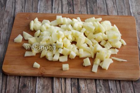 А пока делаем начинку. Почистим яблоко и порежем мелко.