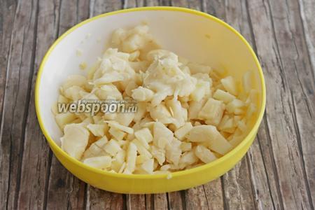 Смешаем марципан, яблоко и добавим миндаль. У  меня были лепестки.