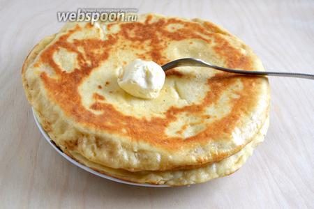 Горячие хачапури снимите со сковороды и сразу же смажьте сверху сливочным маслом.