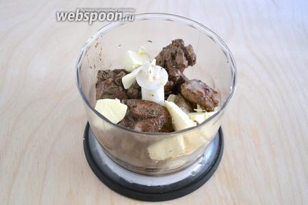 Кусочки печени прямо со сковороды отправьте в комбайн, туда же поместите кусочки сливочного масла — пусть тают.