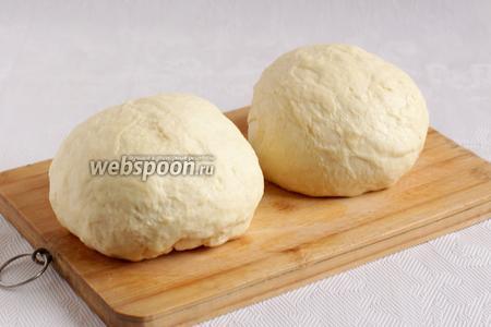 Разделть тесто на две равные части и оставить под полотенцем ещё на 10 минут для созревания.