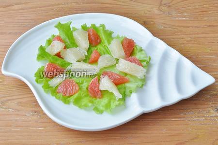 Помело и грейпфрут порезать на кусочки и выложить на лист.