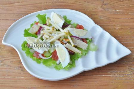 Яблоко натереть на тёрке и сбрызнуть соком цитрусовых, чтобы яблоко не потемнело, выложить на тарелку.