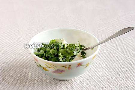 Майонез соединяем с зубчиком чеснока. Вместо майонеза можно взять йогурт или сметану. Добавить нарезанную зелень и хорошенько смешать до однородности.