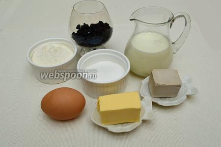 Сначала приготовим булочки. Для теста нам потребуется мука, свежие дрожжи, сахар, молоко, сливочное масло, яичные желтки и изюм (у меня коринка).