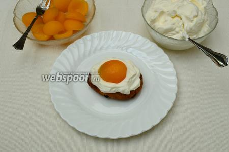На каждую булочку выложить взбитые сливки, поверх сливок — 1/2 абрикосины... И вот он, оптический обман зрения — налицо!:)