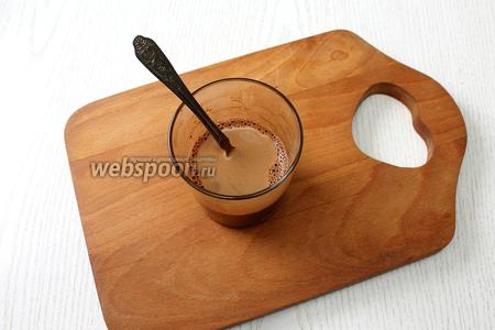 В кофе размешать какао-порошок.