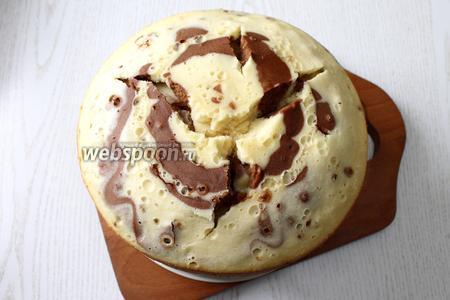 Кекс вынуть с помощью поддона для варки на пару. Дать кексу остыть.