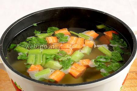 Залить овощи водой или бульоном и  довести до кипения. Посолить,  всыпать чайную ложку приправы Тако и пусть варится, пока будем готовить остальные составляющие.