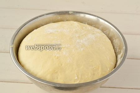 Тесто увеличилось в размерах раза в 2 и можно приступать к булочкам.