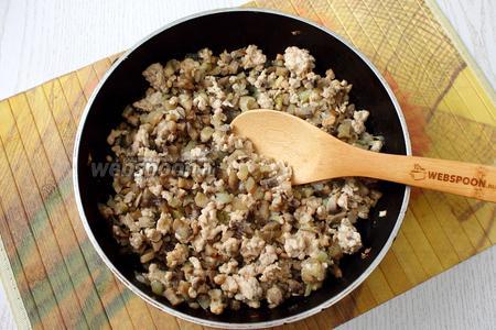 Обжарить филе, лук и грибы на масле до испарения жидкости, на среднем огне. Посолить и поперчить по вкусу.