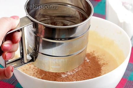 Отдельно соединить муку с разрыхлителем, солью, ванилином, какао и просеять сухую смесь в яично-масляную.