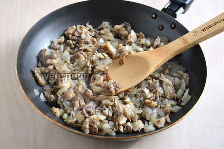 Нарежьте лук и грибы небольшими кусочками и обжарьте на небольшом количестве растительного масла. Посолите и поперчите.