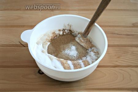 Добавить банановое пюре, сахар, соль, мускатный орех, корицу.