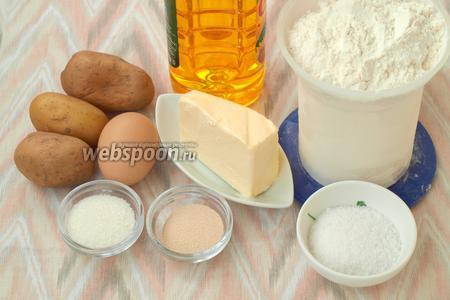 Для приготовления булочек нам понадобится мука, вода, подсолнечное и сливочное масло, картофель, яйцо, сахар, соль и сухие дрожжи. Картофель нужно почистить и сварить, отвар сохранить.