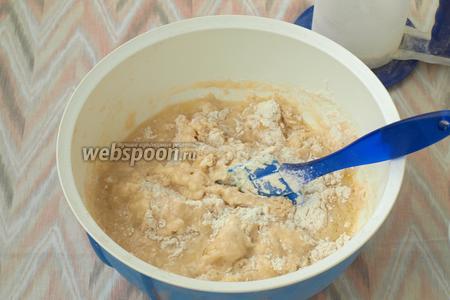 Размять картофель и добавить его в миску, всыпать соль и 350 г муки. Мешать сначала лопаткой, затем руками.
