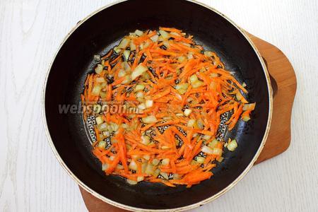 Пока варится суп, разогреть растительное масло и обжарить лук с морковью до золотистого цвета лука.