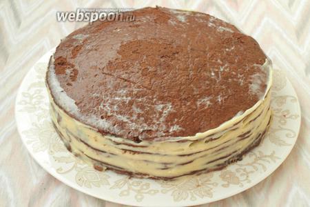 Таким образом собрать весь торт. Бока также смазать кремом.